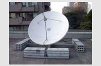 カウンターウェイト工法による2.4mφFRP型アンテナ